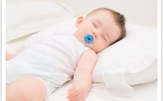 Многих родителей интересует, а когда их ребенку можно будет спать на подушке