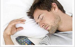 Почему нельзя класть телефон под подушку?