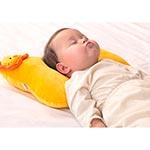 Ребенок спит на подушке-бабочке