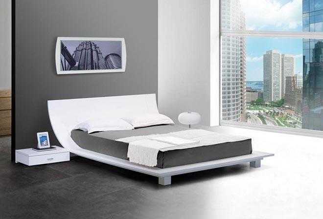 Кровать в квартире с видом на город