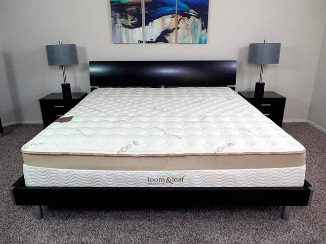 Кровать с матрасом в комнате