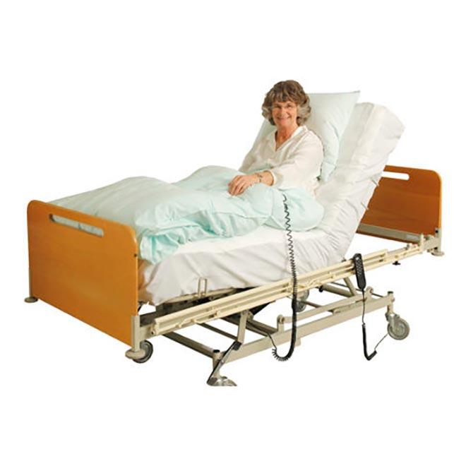 Бабушка лежит на медицинской кровати с противопролежневым матрасом