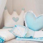 Подушка в виде короны и сердца на кровати