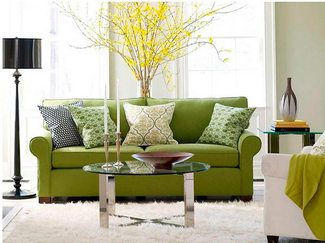Декоративные подушки лежат на диване в красивой комнате