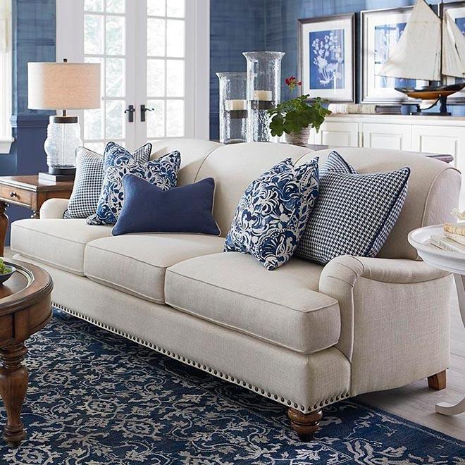 Стильные пдушки для дивана в сочетании с общим интерьером