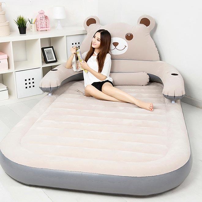 Девушка на надувном матрасе в виде медведя
