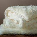 Сложенное меховое одеяло