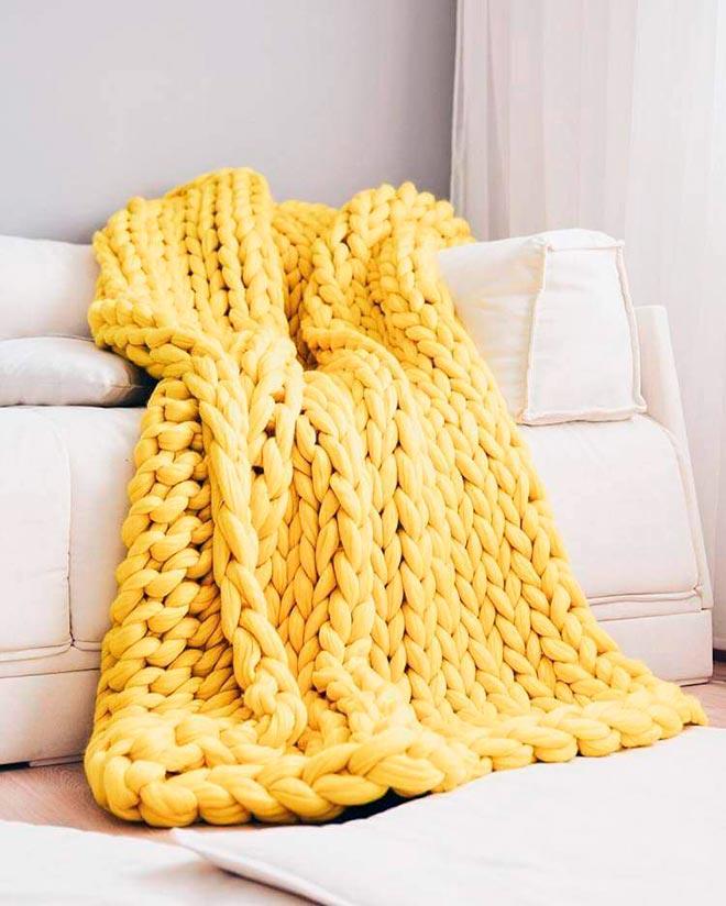 Плед из гигантской пряжи на диване