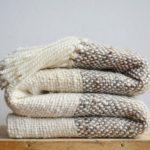 Тканное овечье одеяло сложено на столе