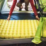 Надувной матрас в туристической палатке