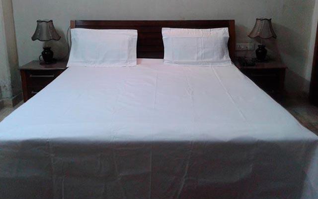 Простынь на кровати