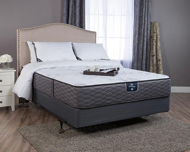 Двуспальная кровать с матрасом в интерьере