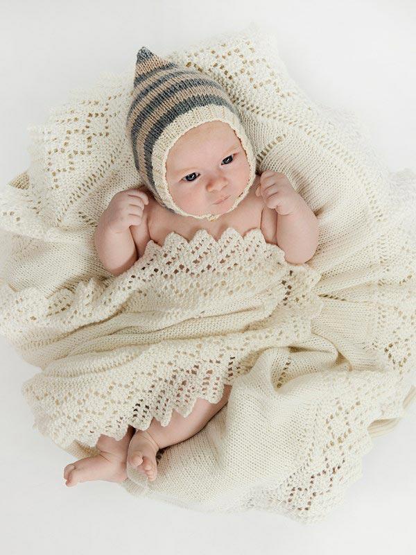 Малыш укутанный в вязанный плед