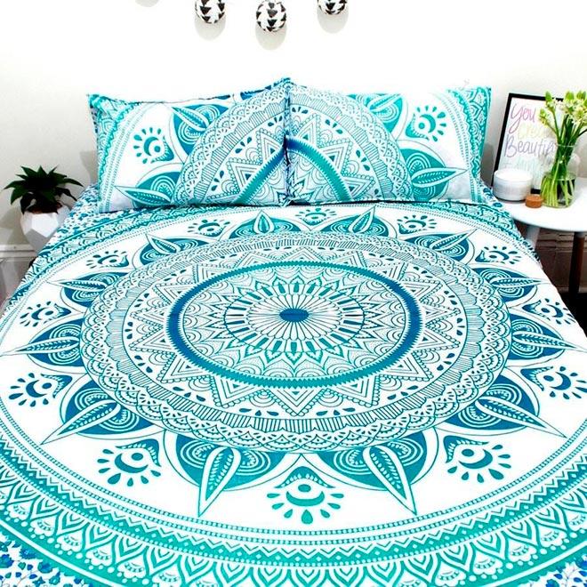 Покрывало на кровати с орнаментом