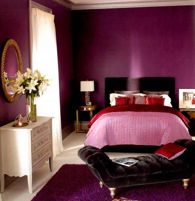 Розовое покрывало на кровати в комнате