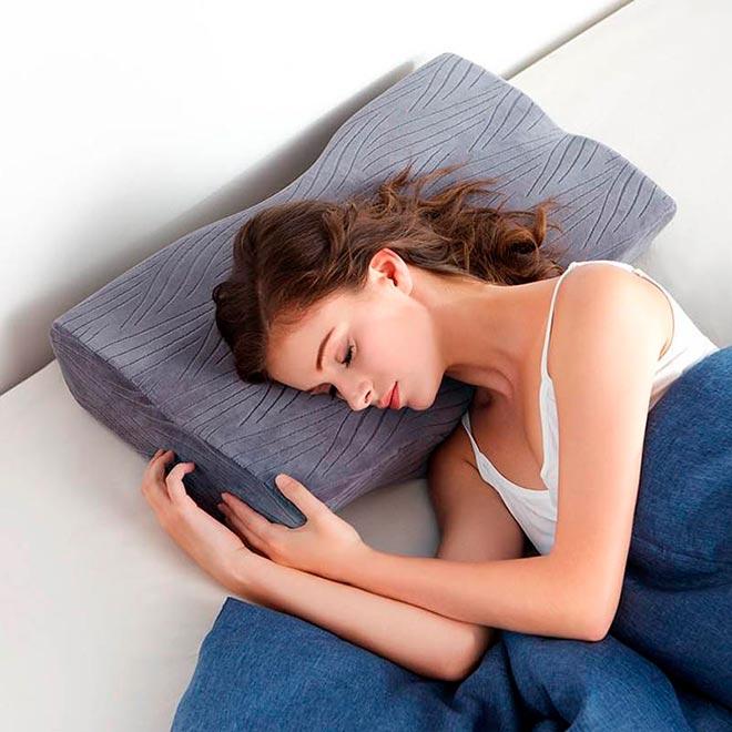 Девушка спит на ортопедической подушке