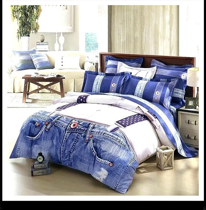Покрывало в виде джинсов на кровати