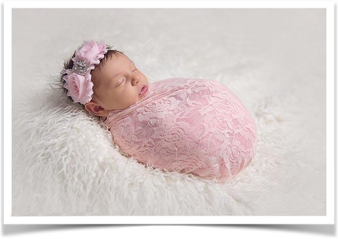Новорожденный ребенок красиво укутанный