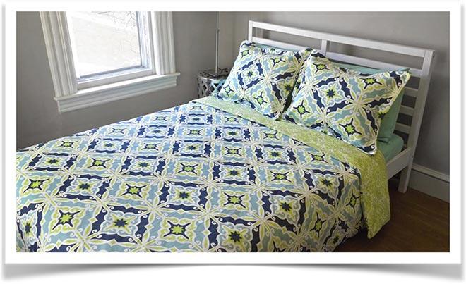 Заправленная кровать с одеялом и подушками