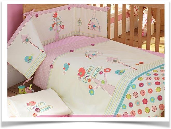 Детское покрывало на детской кровати