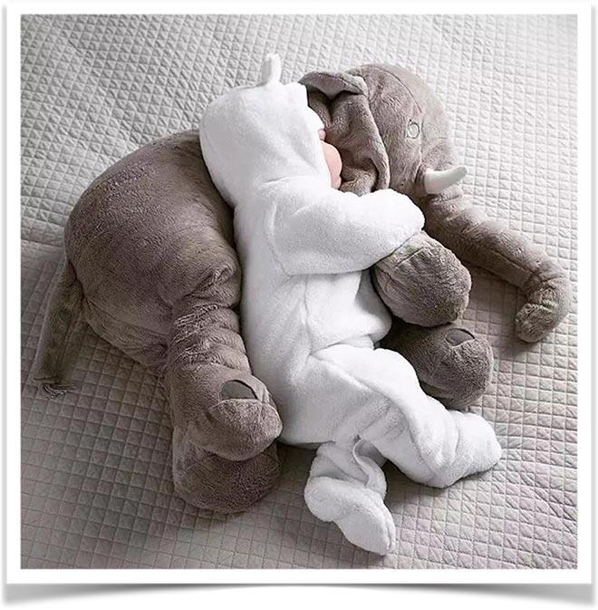 Малыш спит на плюшевом слоне