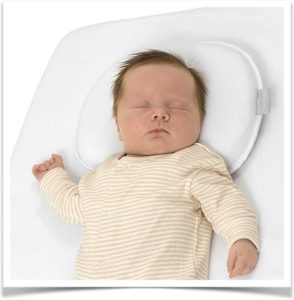 Новорожденный спит на подушке