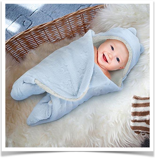 Малыш завернут в конверт-одеяло