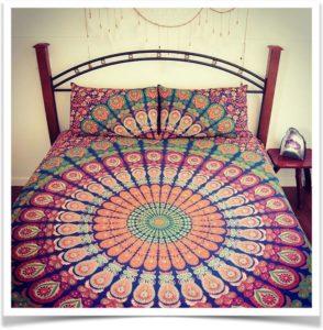 Гобеленовое покрывало на кровати