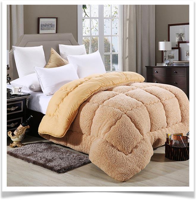 Толстое шерстяное одеяло на кровати