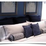Декоративные валики-подушки на кровати