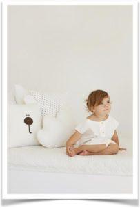 Девочка и подушки на кровати