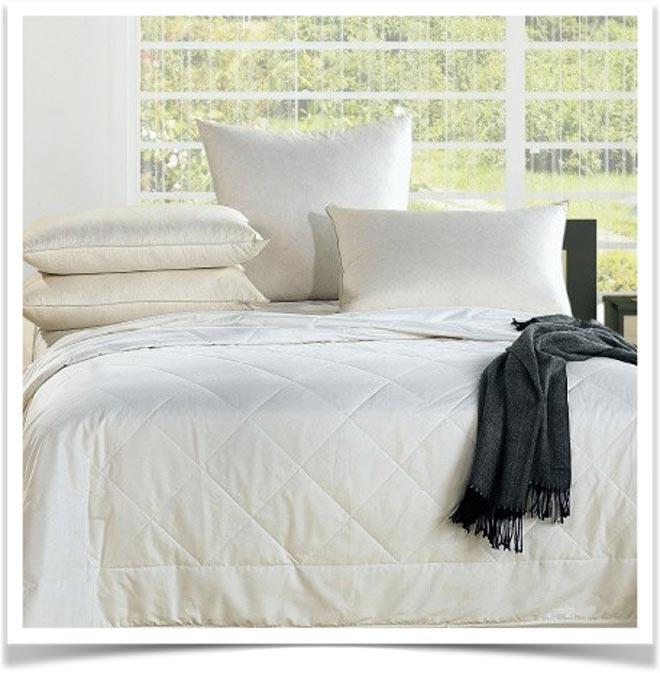 Кровать с одеялом и подушками