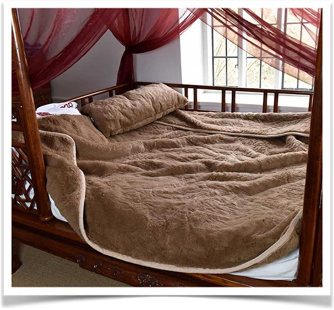 Одеяло из верблюжьей шерсти на кровати