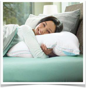 Женщина обнимает подушку