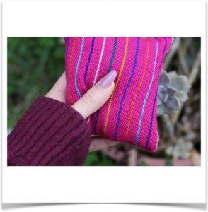 Маленькая подушка антистресс в руке