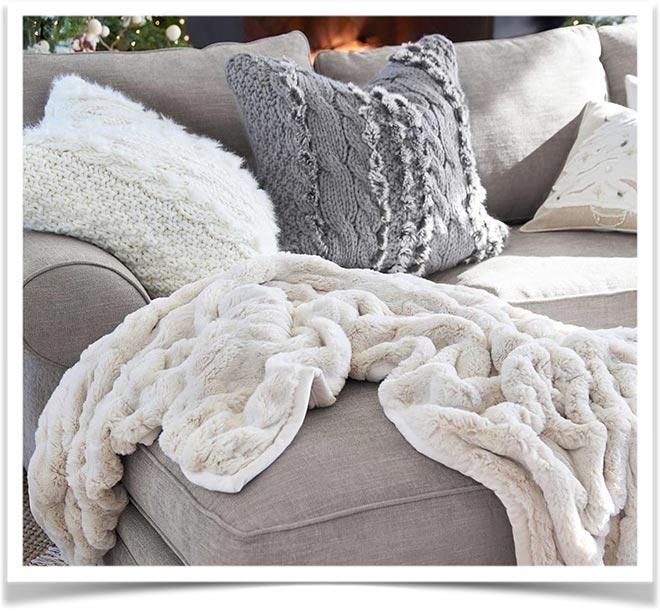 Плед плюшевый на диване