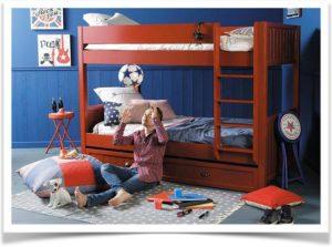 Мальчик играет в своей комнате