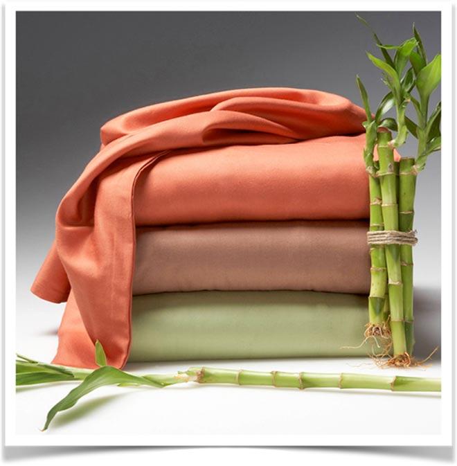 Одеяла в стопке и стебли бамбука
