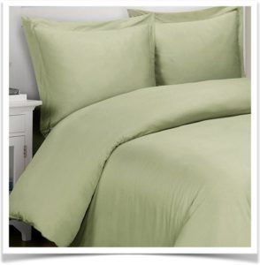 Одеяло и подушки на кровати