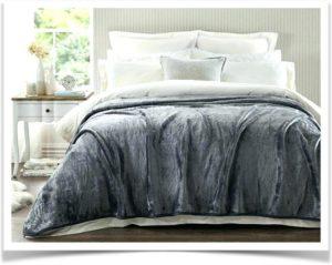 Шерстяной плед на кровати