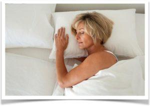 Женщиа спит на подушке