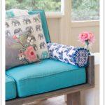 Декоративная подушка на диване