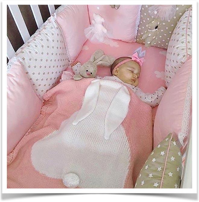 Девочка спит в кроватке