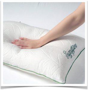 Женщина проверяет на упругость подушку