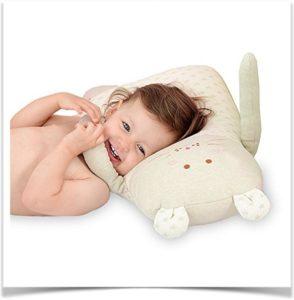 Девочка лежит на игрушке