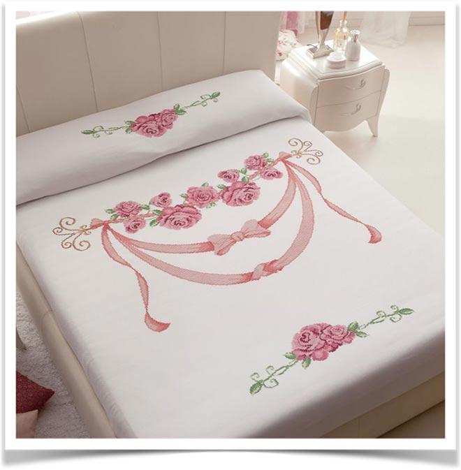 Кровать с покрывалом из роз