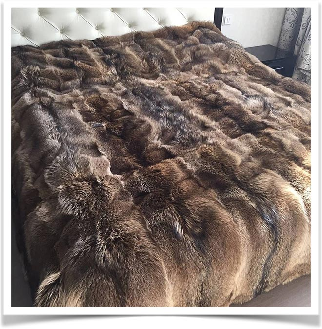 Покрывало меховое на кровати