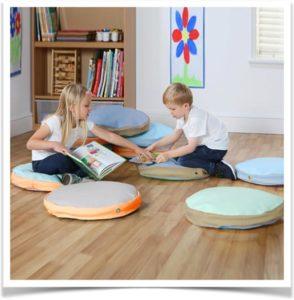 Дети сидят на подушках и играют
