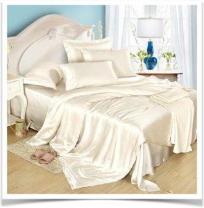 Бежевое одеяло на кровати