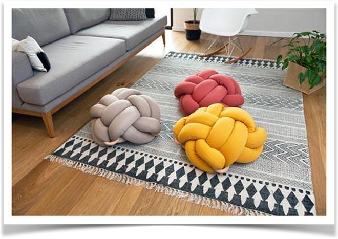 Разноцветные плетеные подушки на полу